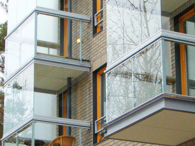 остекленные балконы здания